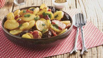 Pommes de terre rissolées au lard et pruneaux