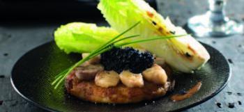 Galette de pommes de terre Ratte du Touquet à la moelle de boeuf, caviar et salade sucrine